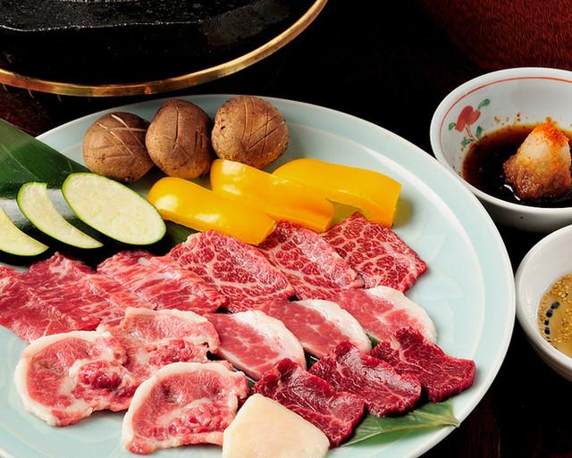 阿苏山溶岩を切り出して作ったプレートにて新鲜桜肉を焼肉スタイルで