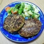 香味野菜と黒胡椒のバーグ(左)と手作り牛生ハンバーグ(右)