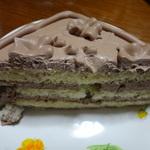 ハーフカットしたトップスのチョコレートケーキ