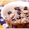 松幸農産の白米、もち米、玄米に、大麦、大豆、黒豆を加えた豆ごはん。お豆の甘みと香りが上品な禄穀米(ろっこくまい)は、ちょっとした贈り物に人気の商品です。