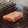 定谷 - 料理写真:霜降りたっぷりな牛肉を炙っております。