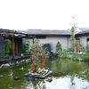 鉄板・懐石 くら馬 - 内観写真:中央に配した池を眺めながらお食事をお愉しみください。