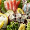 三代目とも - 料理写真:毎日、数軒の市場で目利きして仕入れる季節の鮮魚
