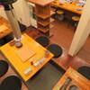 炭火焼肉ホルモン 裏ネバーランド - 内観写真:みんなでワイワイできる小上がり席と、1~4名様までご利用いただけるカウンター席をご用意しております。