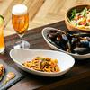 BAR TRIANGLE - 料理写真:コース(サラダ、ムール貝バジルソース、生パスタボロネーゼ、3種ソーセージ盛り合わせ、デザート、飲み放題)