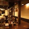 四条にぼ次朗 - 内観写真:カウンターに囲まれた厨房