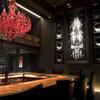 Bar Bambi - 内観写真:壁面一面の巨大アートに深紅のシャンデリアエッジの効いたLUXEな空間は時間を忘れさせてくれます。