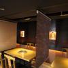 かね竹 - 内観写真:テーブル席にはロールカーテン式のパーテーションを設置。