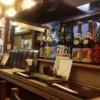 とり安 - 内観写真:焼酎が並ぶ焼鳥屋のカウンター席。