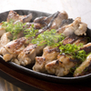 弘Tomorrow - 料理写真:やわらかく、ジューシーな鶏肉です『塩麹鳥モモの鉄板焼き』