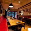 ピッツェリア ピッキ - 内観写真:赤と木を主体とした店内。
