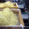 めん王  - 内観写真:麺はちぢれ細麺と手延べ風太麺、季節や湿度によって加水率を変え、季節に合った麺を製造しています。