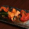 くろつら亭 - 料理写真:トマト・カクテキ・キュウリのキムチが入った「キムチ三種」も人気♪箸休めにどうぞ!