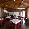 リヴァデリエトゥルスキ - 内観写真:赤を基調とした2F SALA ROSA/サーラ ローザ。家庭的な雰囲気の中、最上のトスカーナ伝統料理を披露しております。