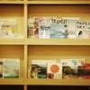 フォトベル カフェ - 内観写真:旅好きの人ならワクワクする本がたくさん!