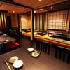 餃子鍋 A-chan 北新地 - 内観写真:赤を基調とした落ち着いた店内。餃子屋さんとは思えません