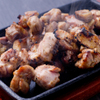 宮崎料理 万作 - 料理写真:イチオシの『霧島鶏のもも焼き』/鶏肉独特の肉の臭みが殆どなくコクと深みがある味わいが特徴です。