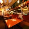 鶏屋たまい - 内観写真:一人での普段使いでも仲間との飲み会でも活躍する一軒。昭和レトロな雰囲気の漂う店内でホッピーと焼鳥で乾杯!