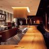 蔵鵡 - 内観写真:落ち着いた雰囲気のカウンターは長さ9.2M、欅(けやき)の無垢材を使用