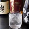 大舷 - 内観写真:店内には大将が仕入れたこだわりの焼酎や日本酒が並んでいます。お好みのものがありましたらお気軽にご注文ください。