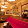 ワイン食堂 旅する子ブタ - 内観写真:ゆったりベンチシートでくつろげます