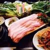 韓サラン - 料理写真: サムギョプサル  厚い肉と新鮮な野菜のコラボ実現!!  サムとは包むという意味です。8種類の新鮮な野菜で、ボリューム満点の肉質が良い厚さ9mmの豚肉と自慢の自家製ニラネギサラダを包んで食べるヘルシーな当店一押しのメニューです。ご飯、野菜、にらねぎサラダはおかわりできます。