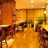 Coboカフェ - 内観写真:木目調の優しいムードが魅力的な落ち着ける店内