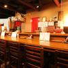 RA-MEN 赤影 - 内観写真:信楽焼ランプが灯るシックでおしゃれな空間