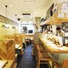 らくだや - 内観写真:カウンター&テーブル席の明るい店内