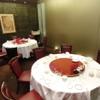 ホテルオークラ 中国料理「桃花林」 - 内観写真:8名様までは円1卓で、9~12名様は円2卓をくっつけて、13~18名様は円2卓でご用意します。