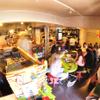 マドッシュ!カフェ - 内観写真: 店内はキャットストリートを愛する皆さんの活気であふれています