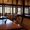 鞠智 - 内観写真:飛騨高山の古材を使ったカフェ店内。通りの喧騒を忘れさせる落ち着いた空間。