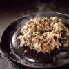 巨牛荘 - 料理写真:薄切り和牛カルビを秘伝のタレに漬けた、味付け肉とキムチをサニーレタスで巻いてお召し上がりください。