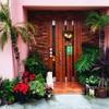 じゅう兵衛 - 外観写真:ピンクの外壁にアジアンチックなグリーンを飾って南国ムード…