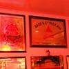 ビリー・バルゥーズ・ビア・バー - 内観写真:壁にはビールやウイスキーのミラーがたくさん!