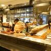 恵比寿18番 - 内観写真:たくさんの生ハムが並ぶ店内