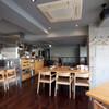 焼肉チャンピオン - 内観写真:店舗2F。テーブル席やカウンター席が並ぶ。1Fには個室も完備。