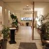ラ セッテ - 外観写真:木の扉を開けると明るく広いエントランス