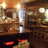居酒屋 餃子のニューヨーク - 内観写真:カウンター席とテーブル席をご用意♪気分に合わせてどうぞ!