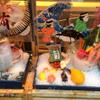 築地虎杖マーケット 食堂部 - 内観写真:店頭ではまぐろの兜がお出迎え!