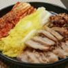 サンドゥレ・ポチャ - 料理写真:ポッサム  味付けて煮込んだ豚肉を野菜やキムチで包んで召し上がれ。