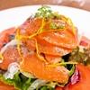 オールドイングランド - 料理写真:スモークサーモンとトマトのサラダ ¥890