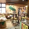 桂茶屋 - 内観写真:心を込めて従業員が手を掛けつくった店内は、山の中のオアシス