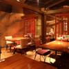 中華ダイニング 餃子屋台 - 内観写真:すだれや衝立で仕切った半個室のテーブル席