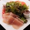 ヒジリ - 料理写真:新鮮トマトと浜ハムのサラダ(当店自慢のイタリアンドレッシングとご一緒に)