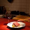 加藤牛肉店 - 内観写真:カウンター席では調理風景が間近で見れる