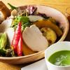 アンパスカフェ - 料理写真:サラダプレート(チキン))【スープ・パン付き】1,200円(税別)地元農園から届く新鮮な野菜や果物をふんだんに使用。 彩りも楽しいごろごろ食材のサラダです。