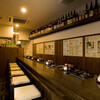 元祖博多麺もつ屋 - 内観写真:カウンターのみ8席。もつ鍋は目の前で店員さんが調整してくれる。