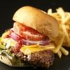 クラウン・カフェ - 料理写真:ボリュームたっぷりのアメリカンチェダーの肉厚バーガー