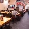 元祖赤のれん 節ちゃんラーメン - 内観写真:ナチュラルな木の質感が心地良い、ゆったりとしたテーブル席